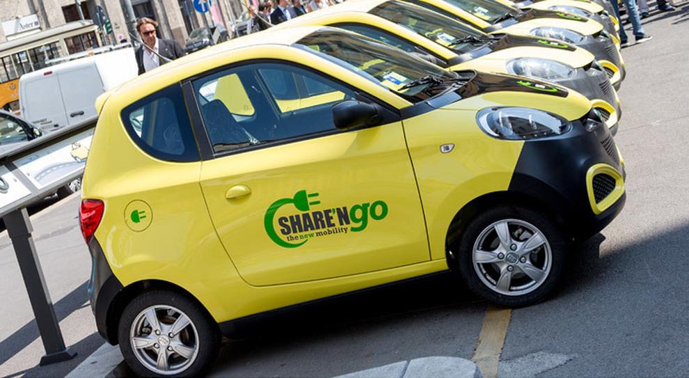 Auto di Share'ngo parcheggiate in attesa del noleggio