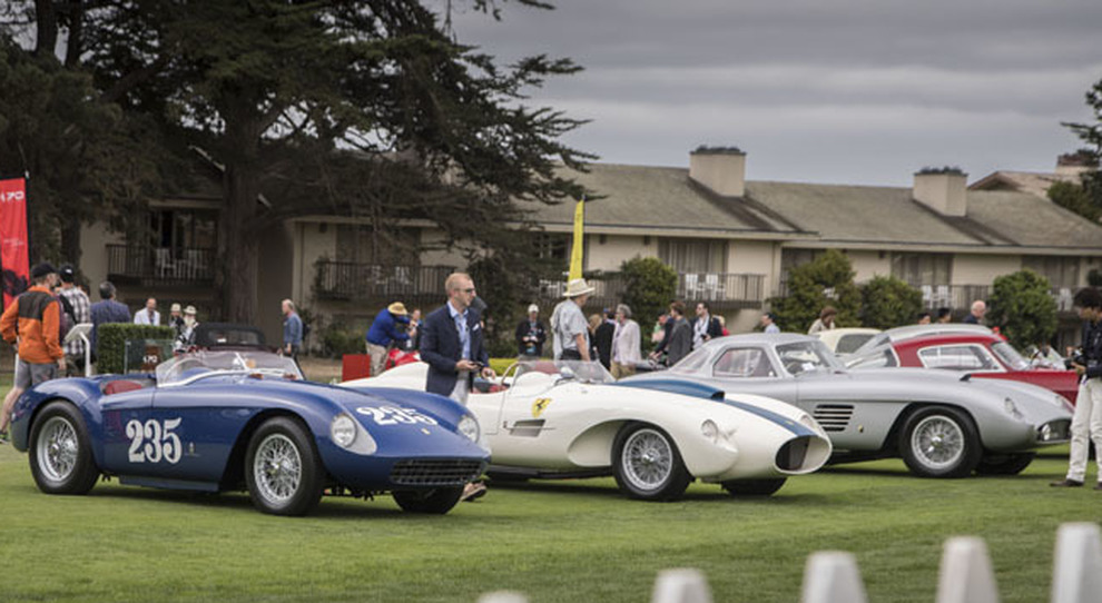 Una sfilata di Ferrari storiche a Pebble Beach in California