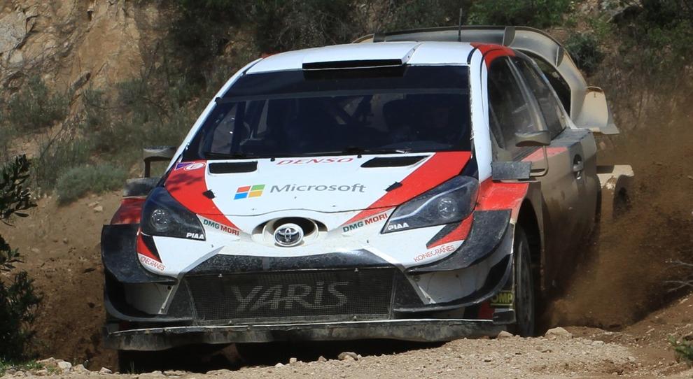 Tanak con la Toyota Yaris durante un test in Sardegna