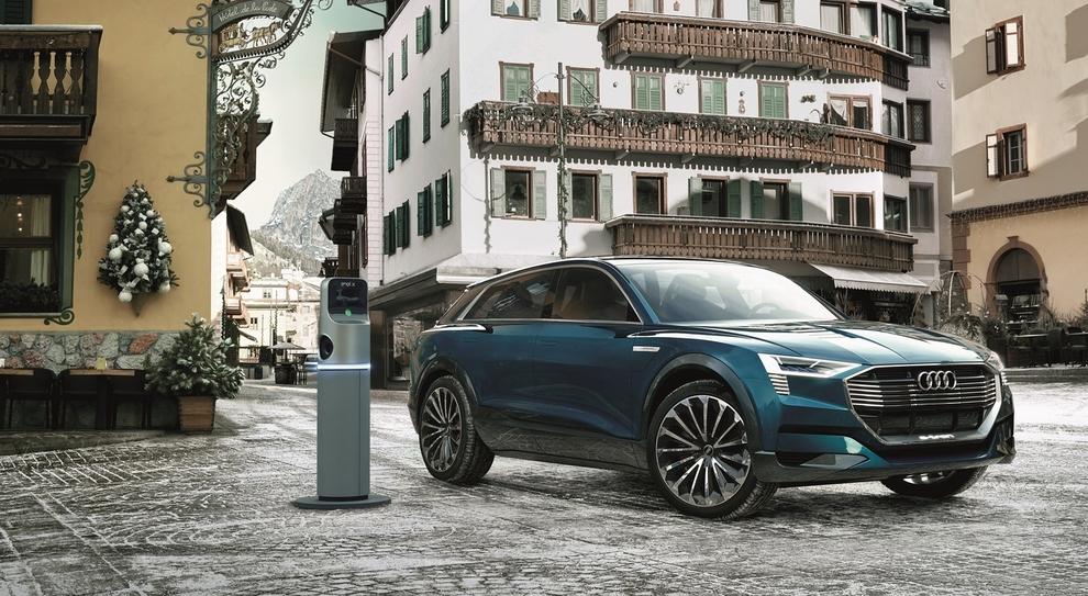 L'Audi e-tron sulla piazza principale di Cortina d'Ampezzo