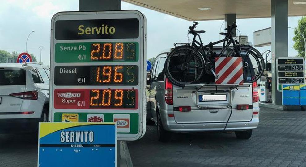 Il tabellone con i prezzi della benzina a due euro alla stazione di Nogarole Rocca