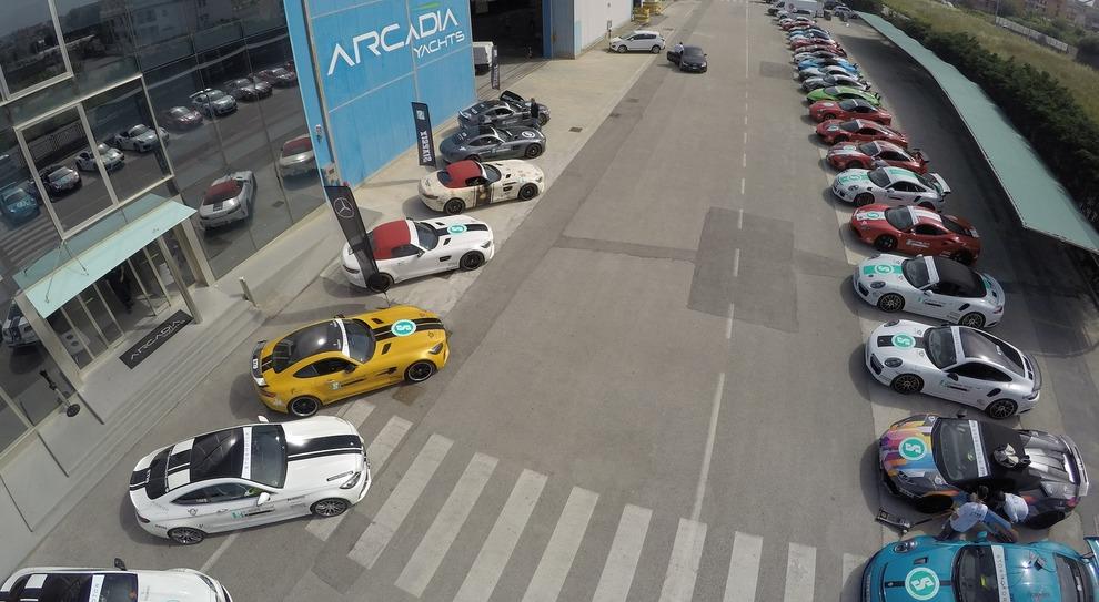 Le supercar parcheggiate fuori dal cantiere di Arcadia