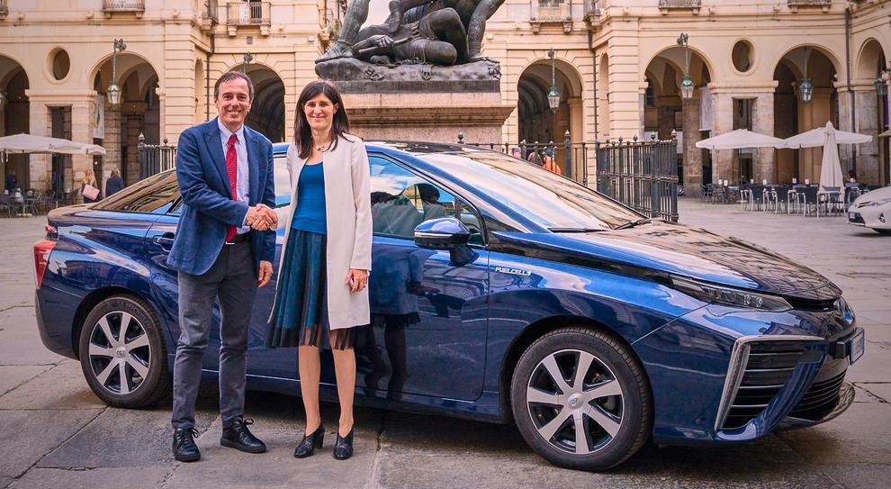 La sindaca di Torino Chiara Appendino con l'ad di Toyota Motor Italia Mauro Caruccio