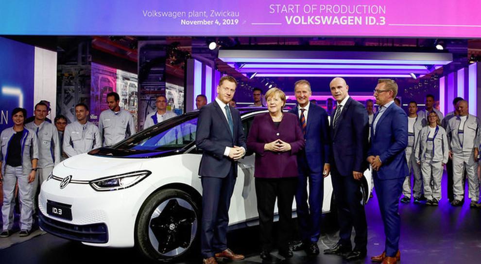 Angela Merkel alla prima della Volkswagen ID3