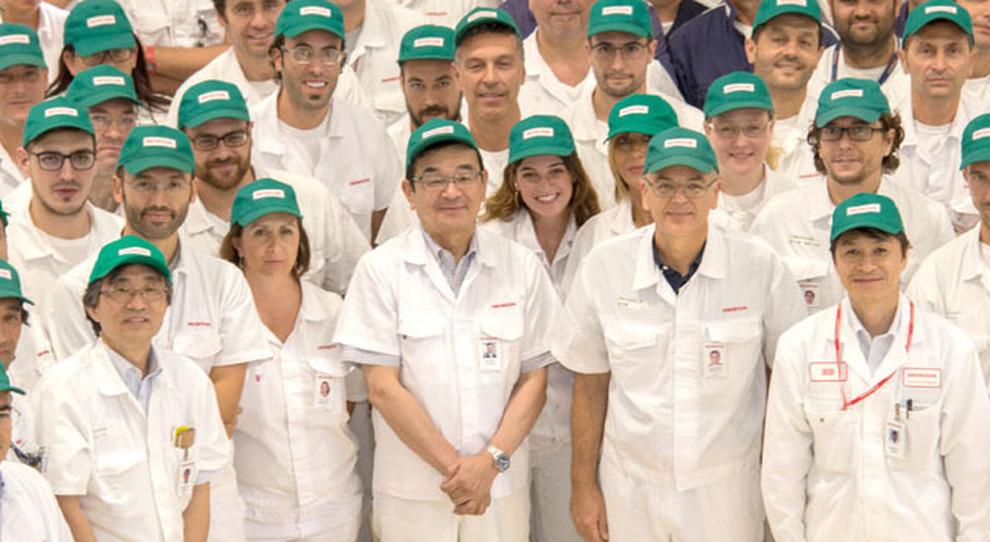Takahiro Hachigo, presidente e ceo di Honda Motor Company, in mezzo agli operai dello stabilimento di Atessa