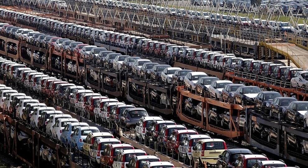 Uno snodo ferroviario pieno di automobili su treni merci