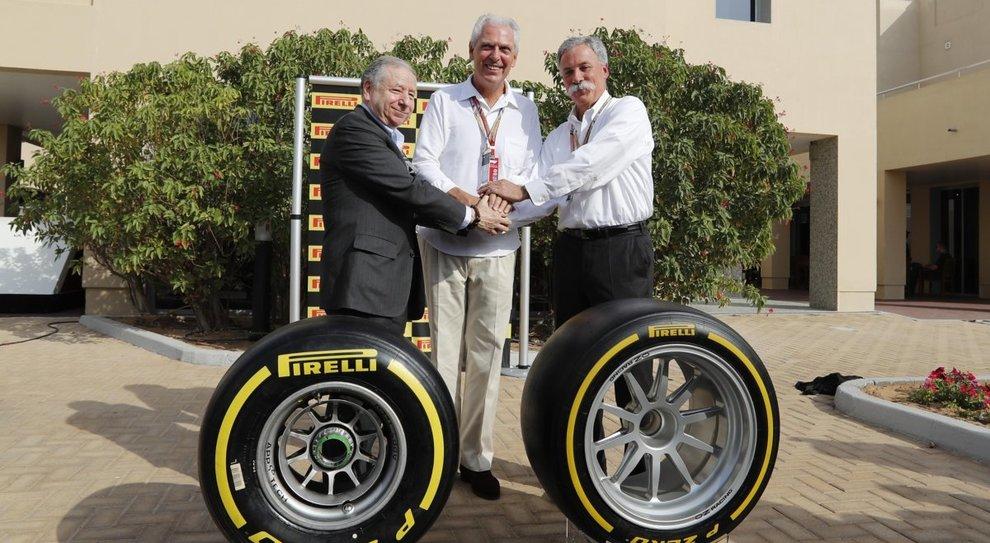 Da destra Chase Carey ceo Formula One, al centro   Marco Tronchetti Provera ceo della Pirelli ed il presidente della FIA President Jean Todd posano con i nuovi pneumatici Pirelli di F1