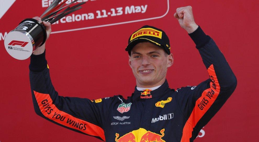 Max Verstappen esulta sul podio del GP di Spagna
