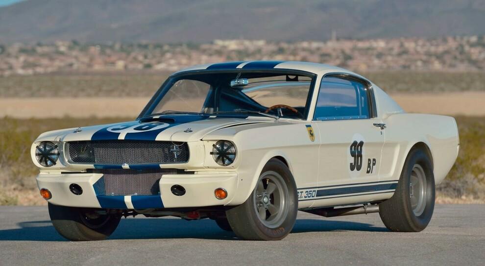 La Ford Mustang GT350 R guidata da Ken Miles che a Indianapolis è stata battuta a 3,85 milioni di dollari