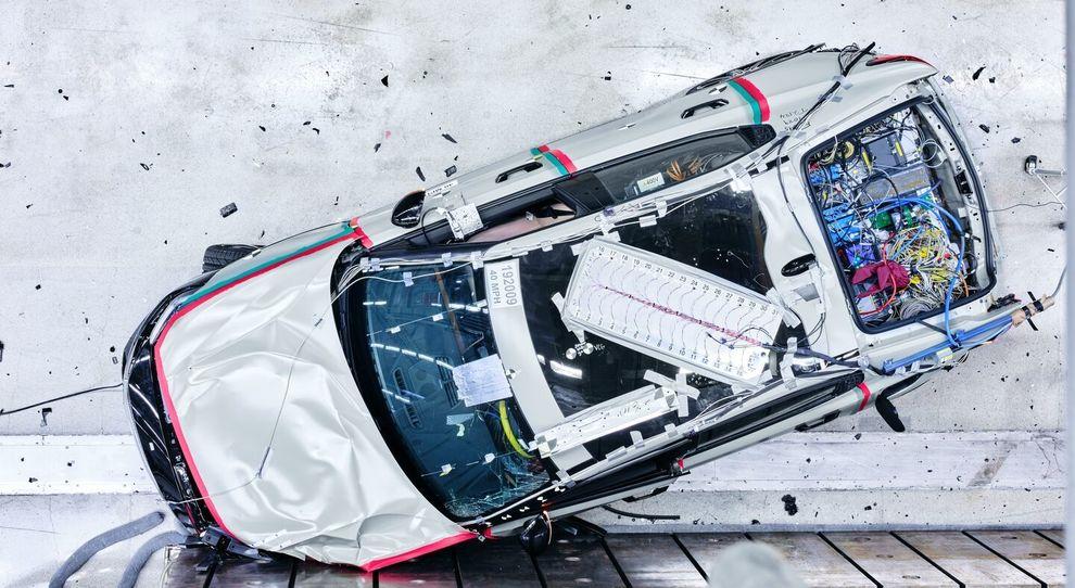 La Polestar 2 nel corso di un crash test per verificare i livelli di sicurezza in caso di incidente