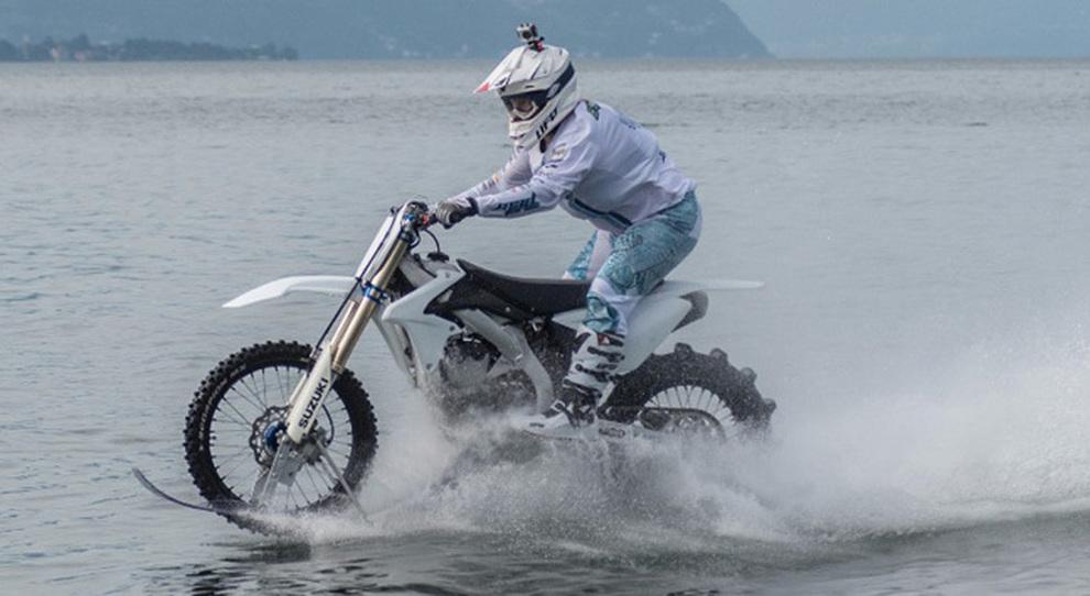Colombo mentre si allega a navigare sul lago di Como con la sua Suzuki da cross