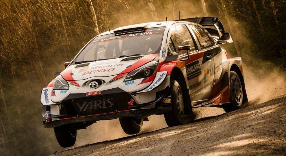 La Toyota Yaris di Evans al comando nel rally di Svezia