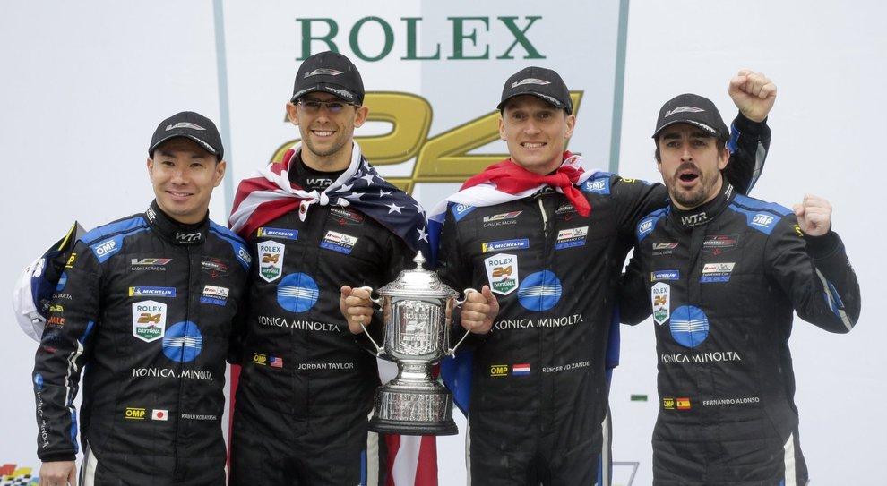 Da sinistra, Kamui Kobayashi, Jordan Taylor, Renger Van Der Zande, e Fernando Alonso, celebrano la vittoria della 24 ore al Daytona International Speedway