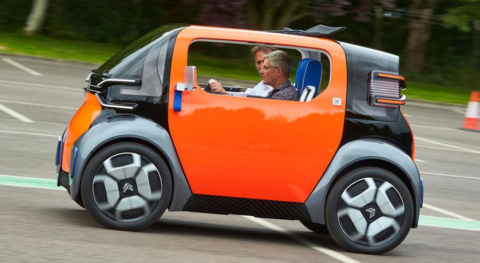 Al volante della Ami One concept di Citroen