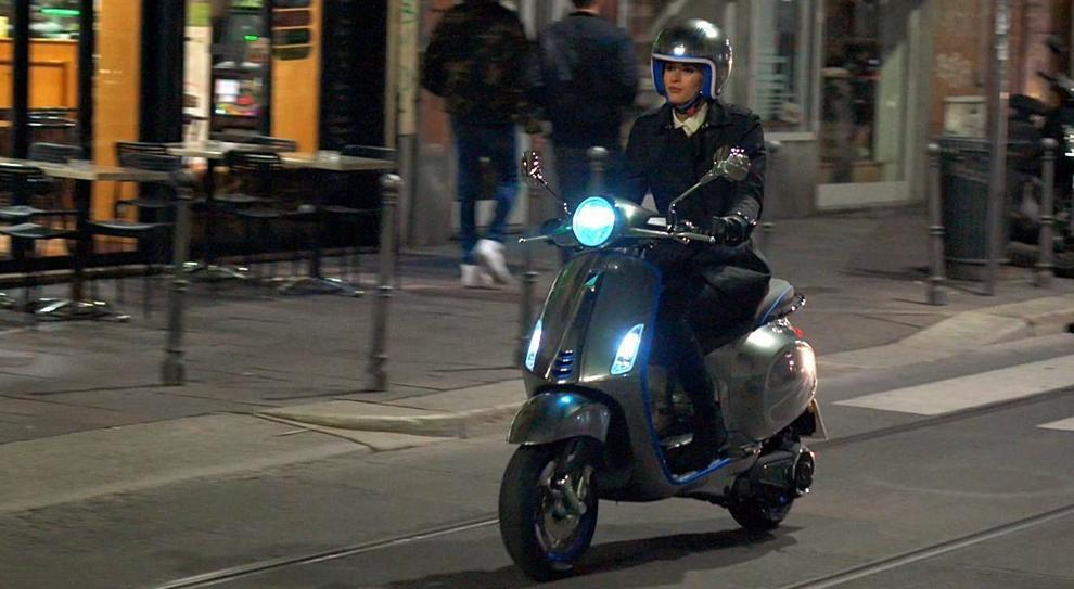 La Vespa elettrica in un test su strada a Milano