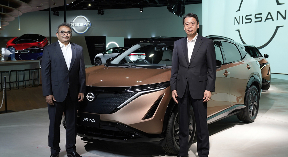 Makoto Uchida, ceo di Nissan, insieme ad Ashwani Gupta, chief operating officer del costruttore giapponese, con il nuovo crossover elettrico Ariya