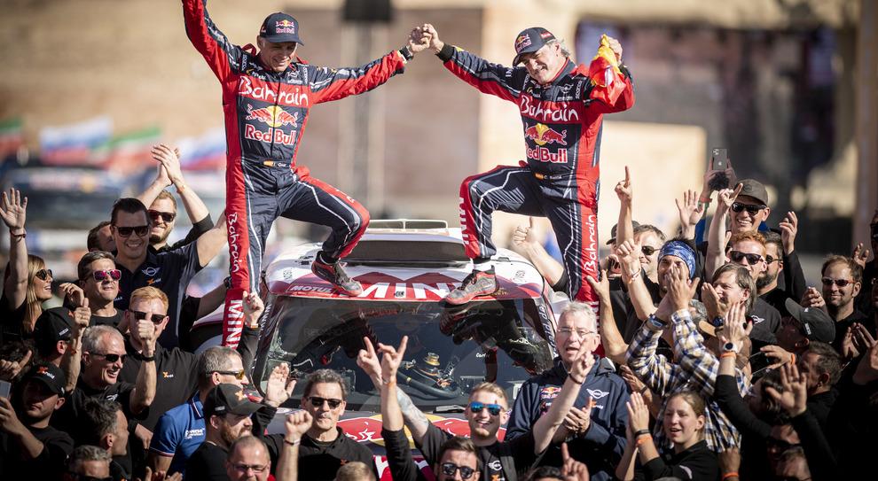 A destra Carlos Sainz, ha vinto la sua terza Dakar con la Mini