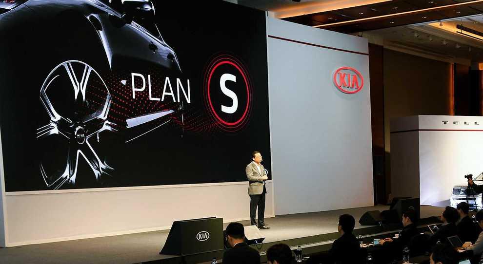 Il presidente e ceo di Kia Motor mentre illustra Plan S a Seoul