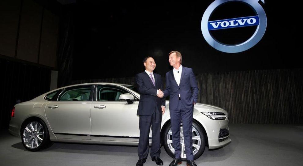da destra Hakan Samuelsson, presidente e ceo di Volvo Cars e  Li Shufu, presidente di Geely Holding Group