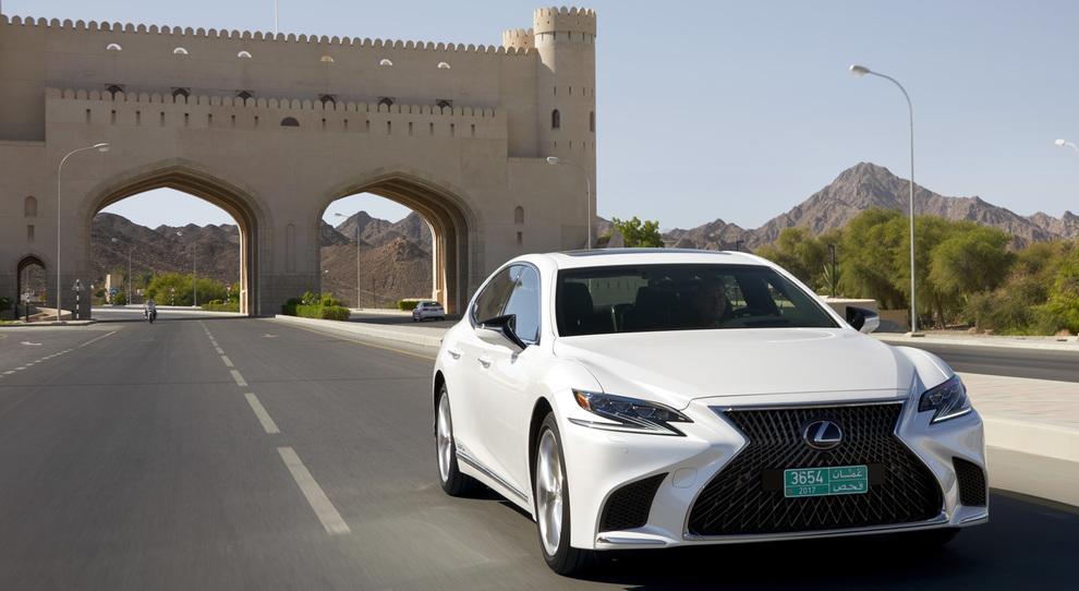 La Lexus LS sulle strade del sultanato dell'Oman