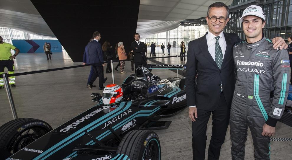 A sinistra Daniele Maver, presidente di Jaguar Land Rover Italia con Nelsinho Piquet, pilota di punta della scuderia del giaguaro di Formula E