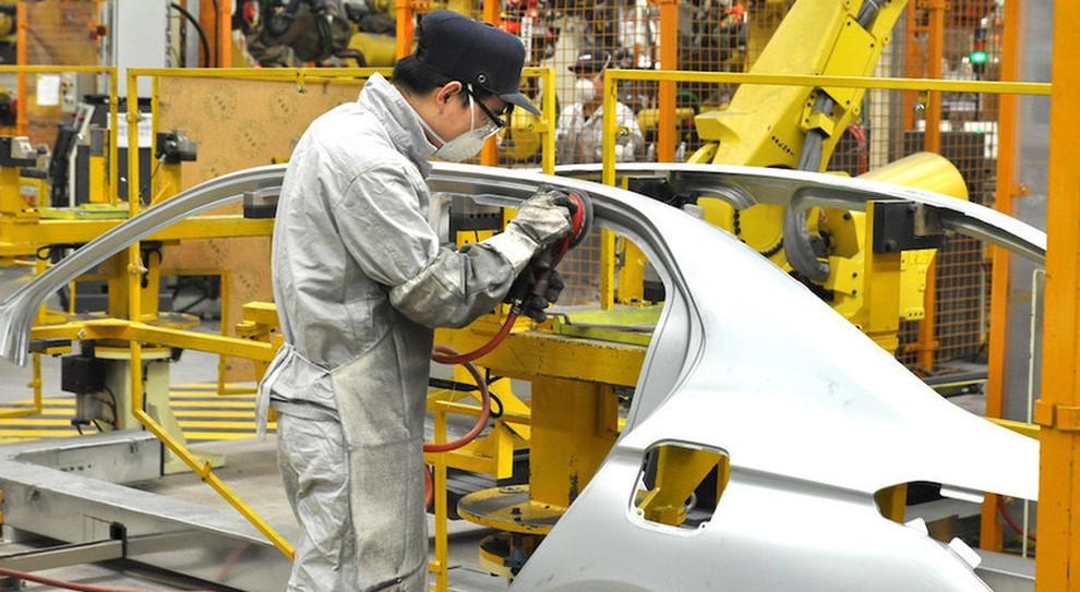 Un operiaio in una fabbrica di auto
