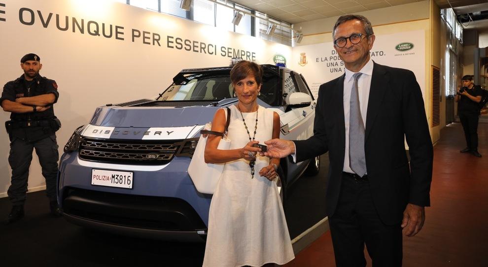 Il presidente di Jaguar land Rover Italia Daniele Maver consegna le chiavi di una delle 30 Discovery al prefetto Clara Vaccaro, direttore centrale per i Servizi tecnico logistici e della gestione patrimoniale