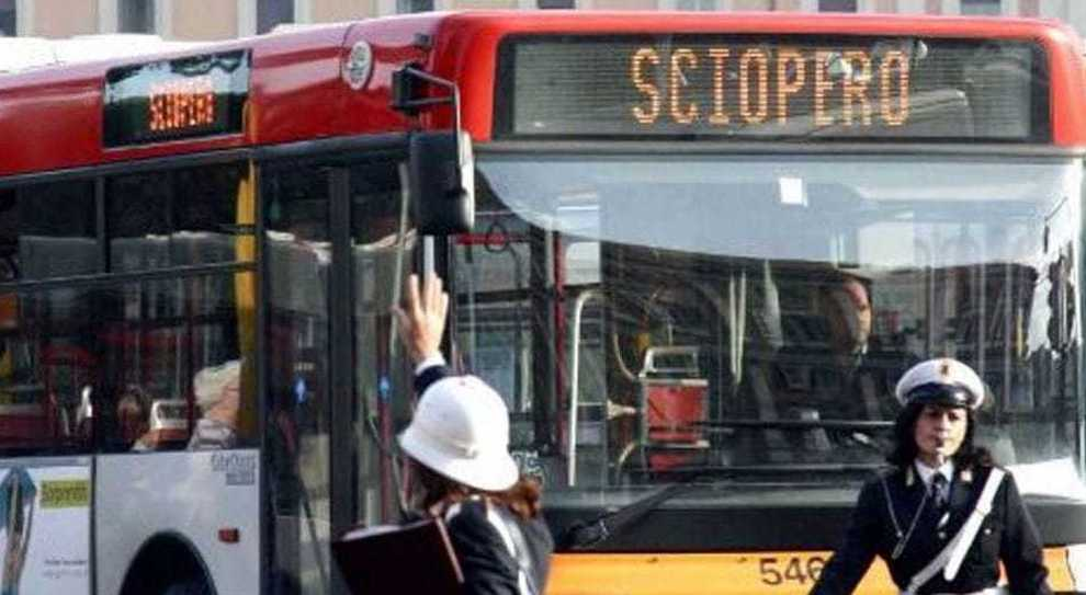 Trasporti, settimana con 2 giorni di sciopero. Mercoledì fermi bus, treni e porti; venerdì aerei, anche Alitalia