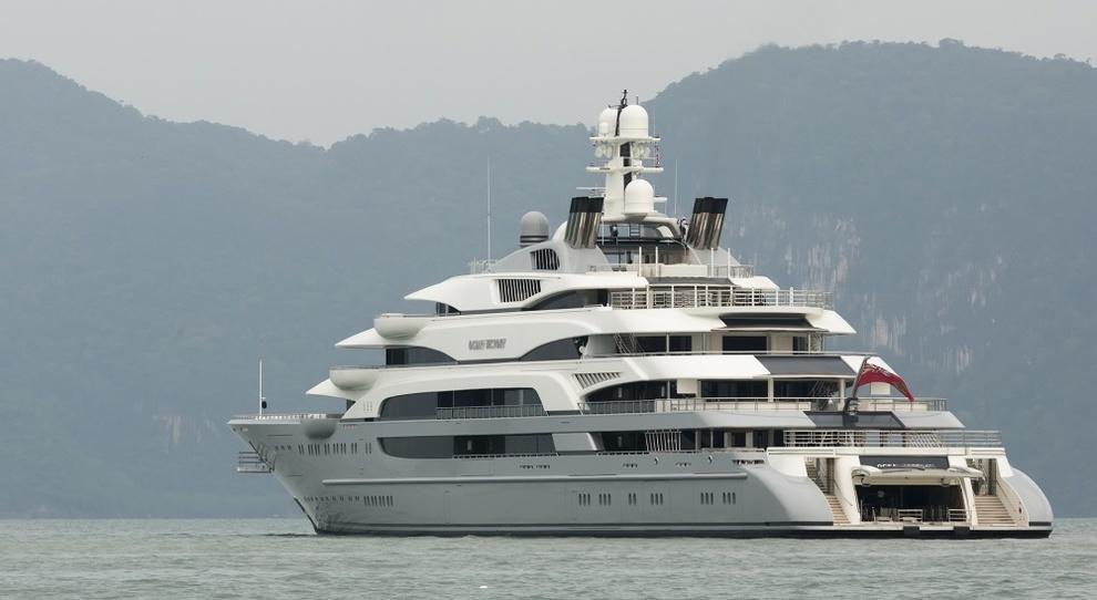 Nel golfo di Napoli Ocean Victory, uno dei 10 yacht più grandi al mondo