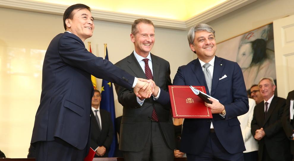 Da sinistra An Jin, Presidente di JAC, Herbert Diess, Presidente del Consiglio di Amministrazione di Volkswagen AG e da Luca de Meo, Presidente della SEAT