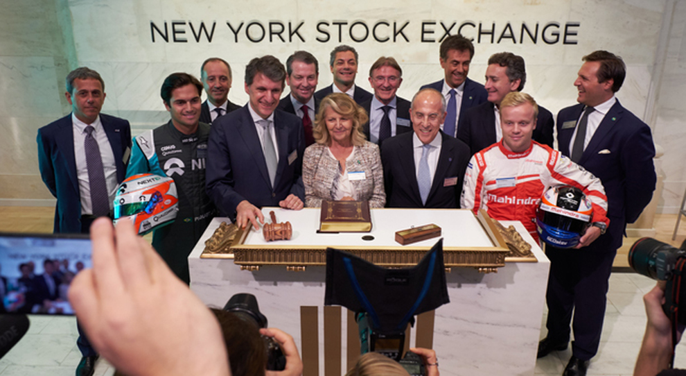 La Presidente di Enel, Patrizia Grieco, l'AD di Enel, Francesco Starace, e Ken Allen, AD di DHL Express, hanno suonato la campanella di chiusura del New York Stock Exchange