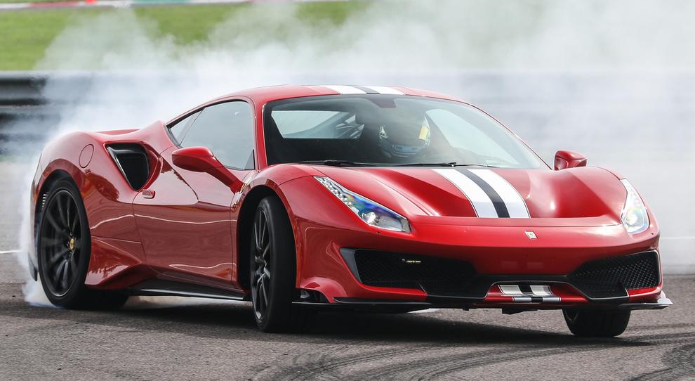 La nuova Ferrari 488 Pista a ruote fumanti tra i cordoli di Fiorano