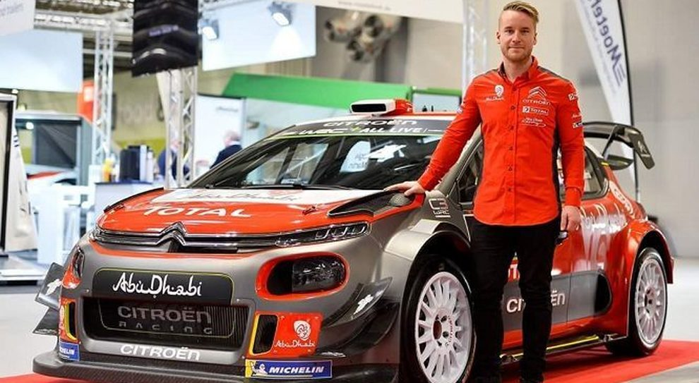 Mads Ostberg a fianco della Citroen C3 WRC