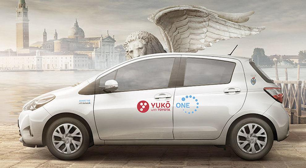 Una Toyota con le insegne del car sharing Yuko