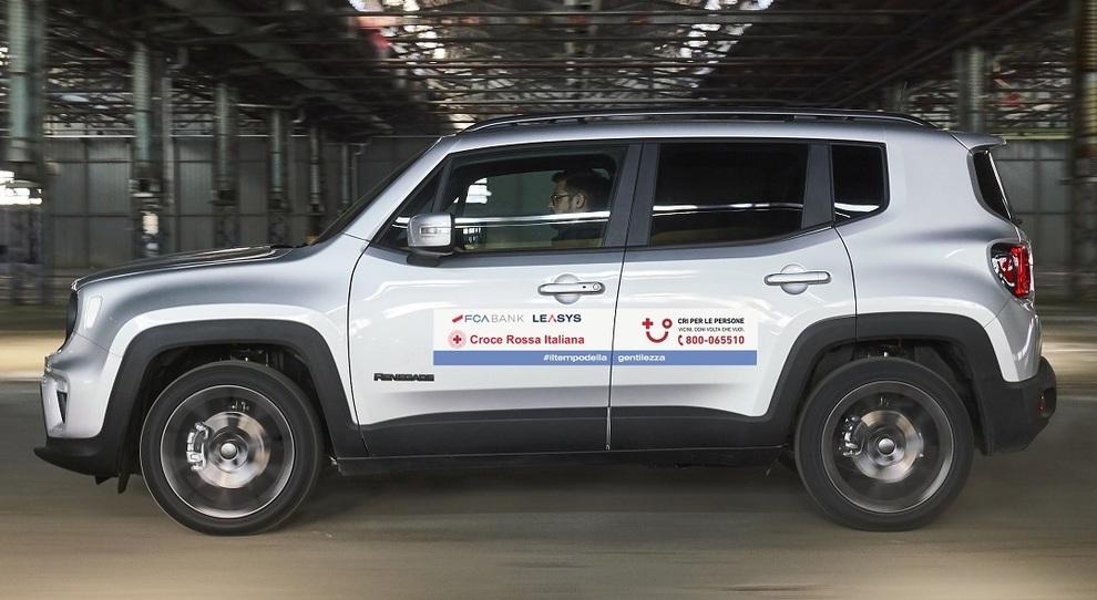 Una Jeep Renegade con le insegne della Croce Rossa