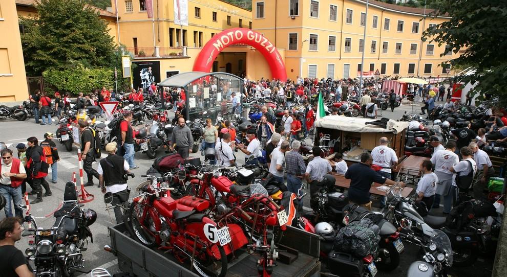 Migliaia di appassioni delle Moto Guzzi davanti la storica sede di Mandello del Lario durante l'open house 2017