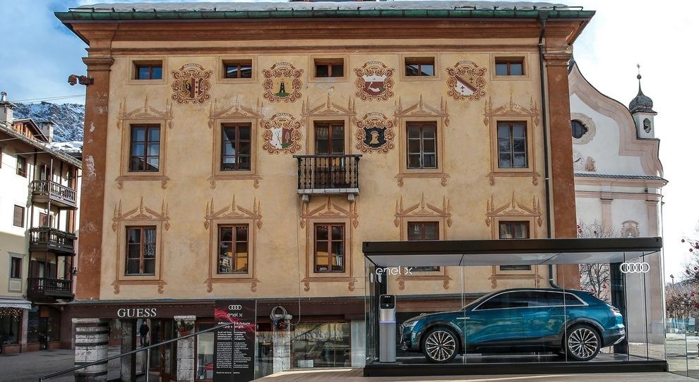 L'Audi e-tron concept, il primo Suv a batterie della casa di Ingolstadt, esposto in anteprima in una teca di vetro sulla piazza principale di Cortina d'Ampezzo