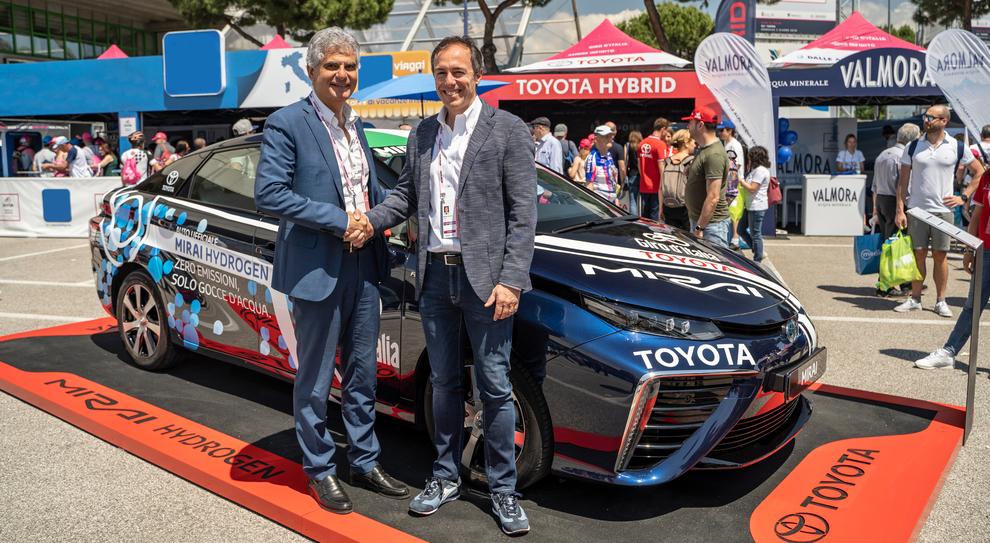 A destra Mauro Caruccio, Amministratore Delegato Toyota Motor Italia; a sinistra Massimo Prastaro, Responsabile Innovazione e progetti di sviluppo Retail di ENI