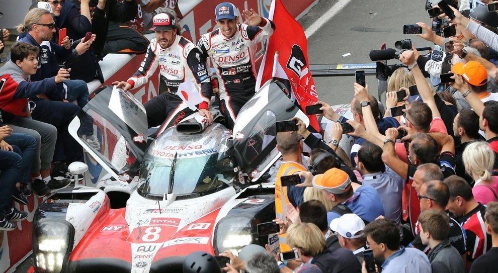 Fernando Alonso con i suo compagni di squadra Nakajima e Buemi sopra la Toyota TS050
