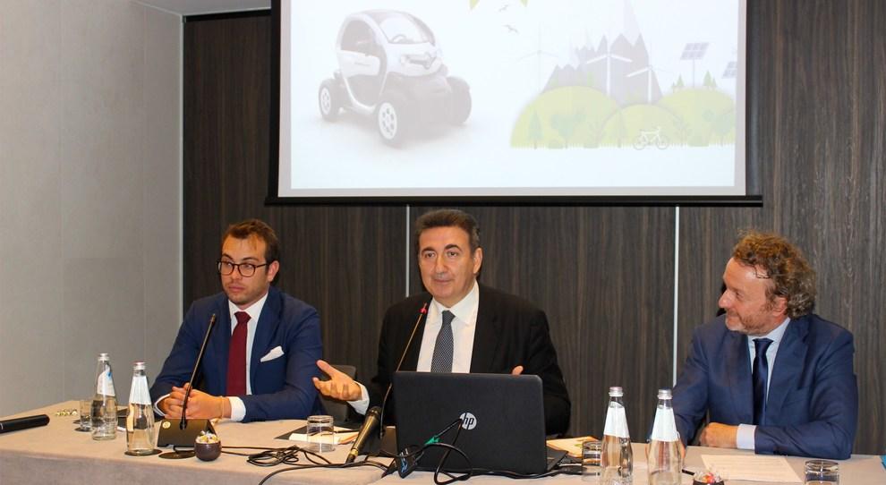 A destra Francesco Fontana Giusti, Direttore Comunicazione & Immagine Renault Italia, al centro il giornalista Rai Roberto Giacobbo,  a sinistra Morad Giacomelli, Responsabile Marketing di Enegan