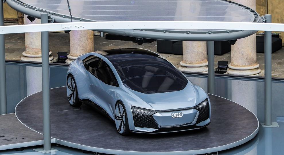 Un'installazione Audi all'interno del cortile dell'ex seminario cinquecentesco voluto da San Carlo Borromeo a corso Venezia 11 a Milano