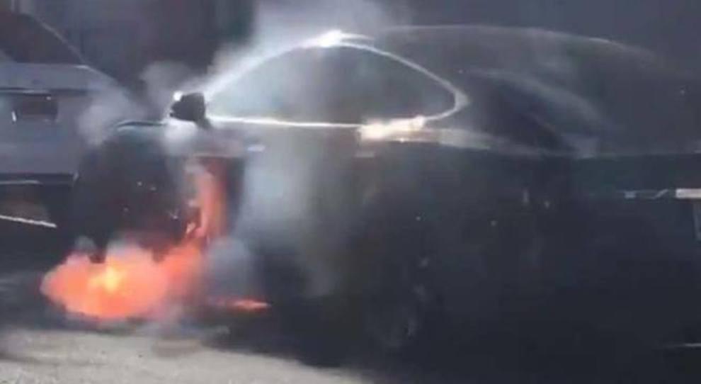 Le immagini della Tesla metre prende fuoco