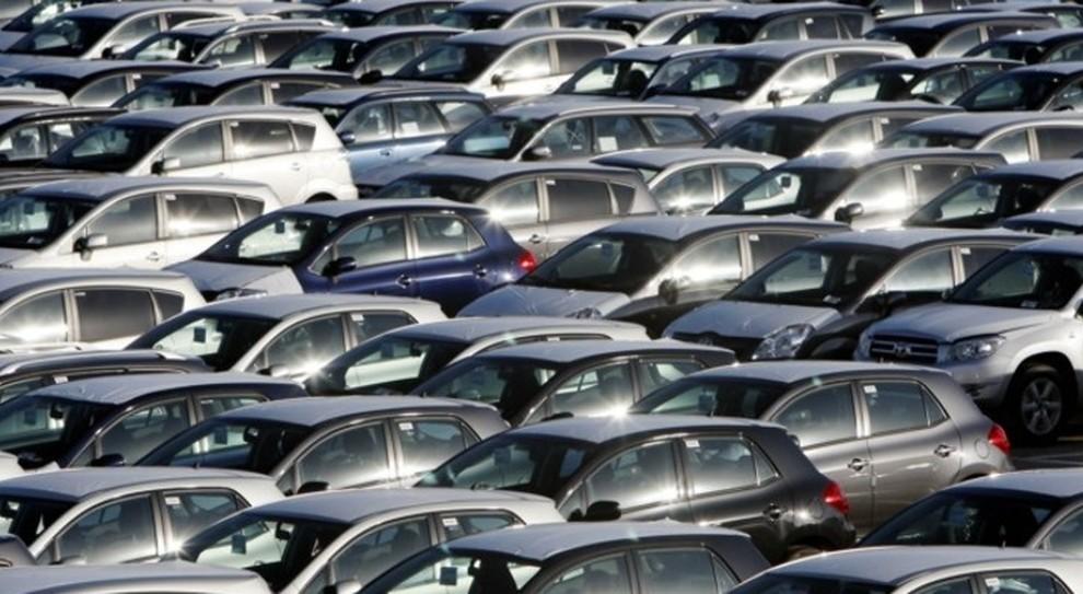 Mercato auto ancora in calo: -2,4% le vendite a febbraio. Governo studia rottamazione