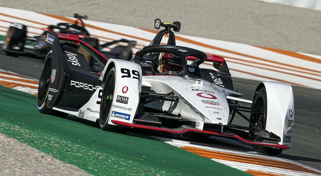Nella foto, la vettura Porsche impegnata in Formula E