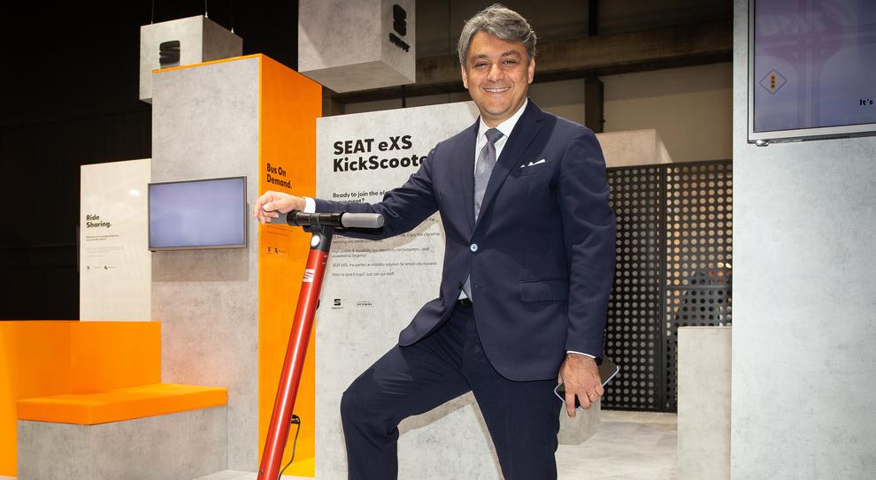 Luca De Meo, presidente di Seat, con l'eXS, il monopattino elettrico che la casa di Barcellona ha presentatao allo smart City Expo World Congress