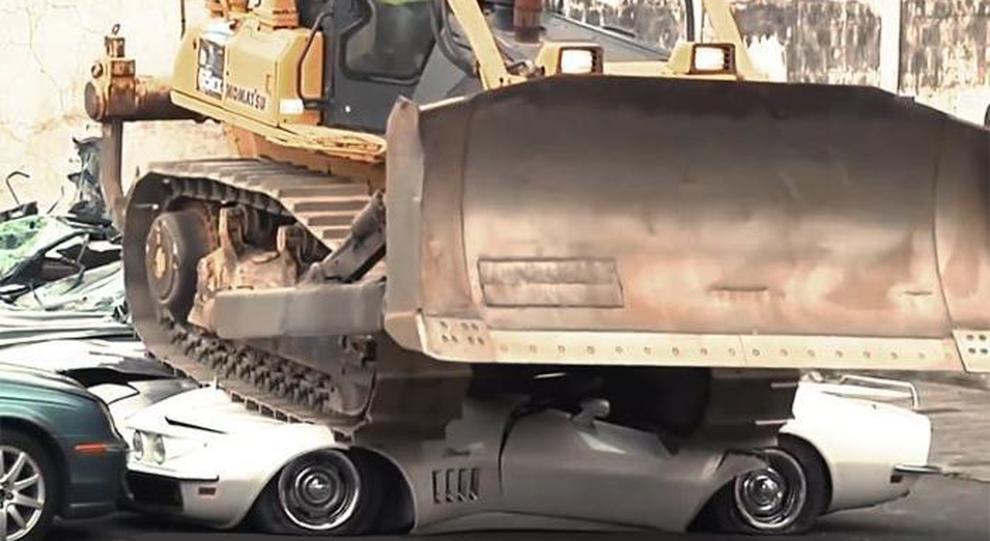 Il Bulldozer mentre passa sopra le auto sotto sequestro