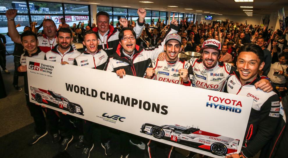 Sébastien Buemi, Kazuki Nakajima e Fernando Alonso festeggiano il titolo mondiale piloti del WEC