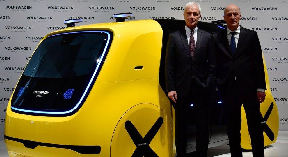 Matthias Mueller (a sinistra), ceo di Volkswagen Group con Frank Witter cfo del gruppo tedesco davanti al veicolo elettrico ed a guida autonoma Sedric