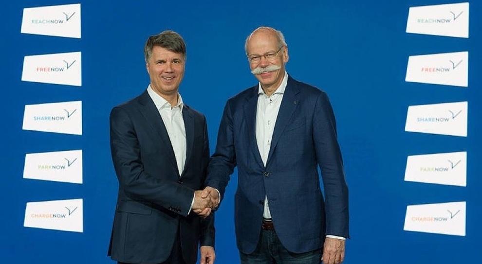 Da sinistra l'amministratore delegato di Bmw Harald Krueger stringe la mano a Dieter Zetsche, il numero uno di Daimler