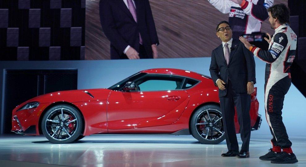 Fernando Alonso scherza con il presidente della Toyota Akio Toyoda durante la presentazione della nuova Supra